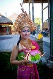 Девушка Balinese представляя для turists Стоковое фото RF