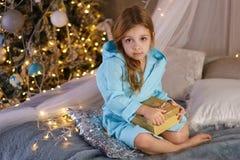 девушка bathrobe немногая Рождество стоковое изображение rf