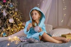 девушка bathrobe немногая Рождество стоковая фотография