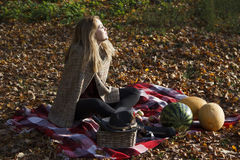 Девушка Beatifull в лесе осени Стоковая Фотография