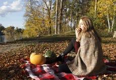 Девушка Beatifull есть яблоко в лесе осени Стоковое Фото
