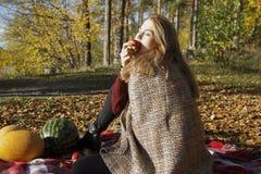 Девушка Beatifull есть яблоко в лесе осени Стоковое Изображение