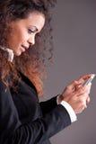 Девушка Beaufitul афро-американская курчавая наблюдая ее чернь Стоковое Изображение RF