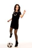 Девушка Beautiufl пиная шарик футбола Стоковые Фото