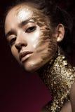 Девушка Beautyful с ярким блеском золота на ее стороне Красота изображения искусства стоковые фото