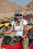 девушка bike представляет квад Стоковые Изображения RF