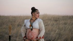 Девушка Boho в поле пшеницы покрашенном на заходе солнца сток-видео