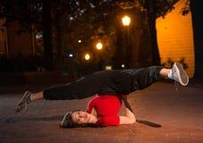 Девушка breakdancing на ноче Стоковое Фото