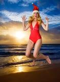 девушка claus скачет костюм santa ocea Стоковая Фотография RF