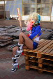 Девушка Cosplayer в костюме Harley Quinn стоковые изображения