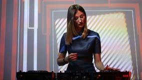 Девушка DJ на палубах на клубе сток-видео