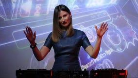 Девушка DJ на палубах на клубе видеоматериал