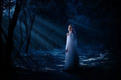 Девушка Elven в лесе Стоковые Фотографии RF