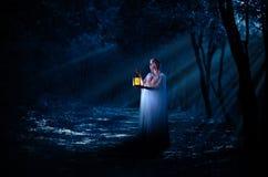 Девушка Elven с фонариком в лесе ночи Стоковое Изображение RF