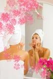 девушка faca ее массажи Стоковые Фотографии RF