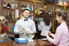 Девушка flirting с барменом на счетчике Стоковые Изображения