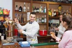 Девушка flirting с барменом на счетчике Стоковое Фото