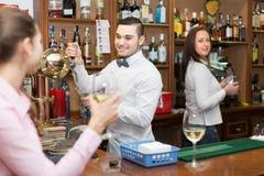 Девушка flirting с барменом на счетчике Стоковое Изображение