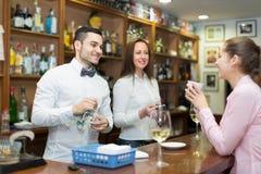 Девушка flirting с барменом на счетчике Стоковое фото RF