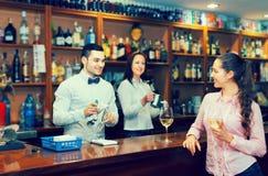 Девушка flirting с барменом на счетчике Стоковые Фото