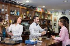 Девушка flirting с барменом на счетчике Стоковое Изображение RF