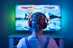 Девушка gamer или лента перед игрой телевидения как clockwork предпосылки возможный для использования стоковые изображения rf
