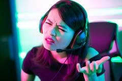 Девушка gamer Esport чувствует сердитой стоковое изображение