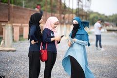 Девушка Hijab ослабляя на взморье стоковая фотография rf
