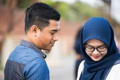 Девушка Hijab ослабляя на взморье стоковые изображения rf