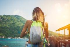 девушка hiking детеныши Стоковые Фотографии RF
