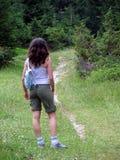 девушка hiking прогулка горы отдыхая Стоковое Изображение RF