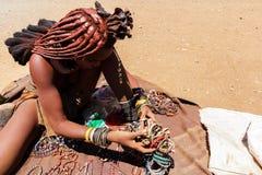 Девушка Himba с сувенирами для продажи в традиционной деревне Стоковые Изображения
