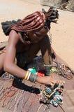 Девушка Himba с сувенирами для продажи в традиционной деревне Стоковое Фото