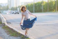 Девушка, hippie, гуляя на сторону carriageway стоковое фото rf