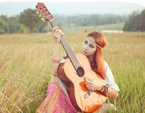 Девушка Hippie играя гитару на траве Стоковое фото RF