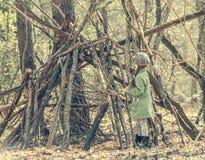 Девушка Ittle милая строит хату в древесинах Стоковые Изображения RF