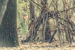Девушка Ittle милая строит хату в древесинах Стоковое Изображение