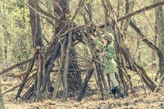 Девушка Ittle милая строит хату в древесинах Стоковые Фотографии RF