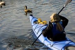 девушка kayaking Стоковая Фотография