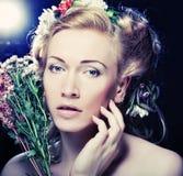 Девушка Lond с цветками в ее волосах Стоковые Фото