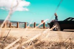 Девушка na górze автомобиля с откидным верхом на Half Moon Bay, Калифорнии стоковые фотографии rf