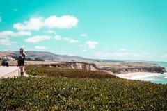 Девушка na górze автомобиля с откидным верхом на Half Moon Bay, Калифорнии стоковое изображение