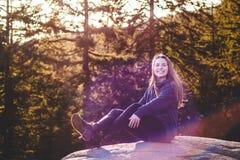 Девушка na górze утеса карьера на северном Ванкувере, ДО РОЖДЕСТВА ХРИСТОВА, Канада Стоковое фото RF