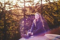 Девушка na górze утеса карьера на северном Ванкувере, ДО РОЖДЕСТВА ХРИСТОВА, Канада Стоковая Фотография RF