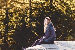 Девушка na górze утеса карьера на северном Ванкувере, ДО РОЖДЕСТВА ХРИСТОВА, Канада Стоковые Фотографии RF