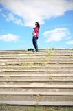 Девушка na górze шагов Стоковая Фотография
