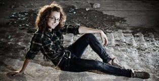 девушка outdoors сидя усмехаться стоковые фото