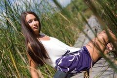 девушка outdoors сидя стоковые фото