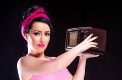 Девушка pin-вверх держа винтажное радио Стоковое фото RF