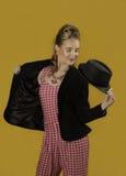 Девушка pin-вверх при графический розовый и желтый состав держа шляпу Стоковое Изображение